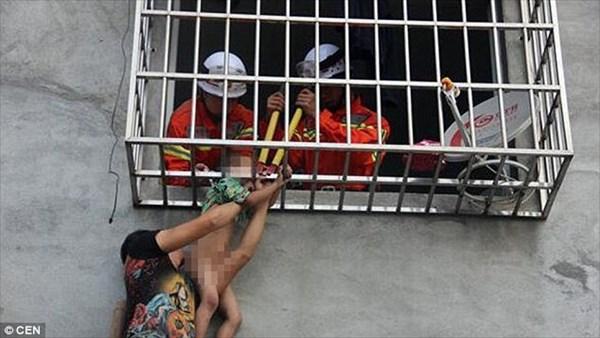 あぶねぇ! 窓枠に頭が挟まり、首から宙吊り状態になった中国人少年 無事救出