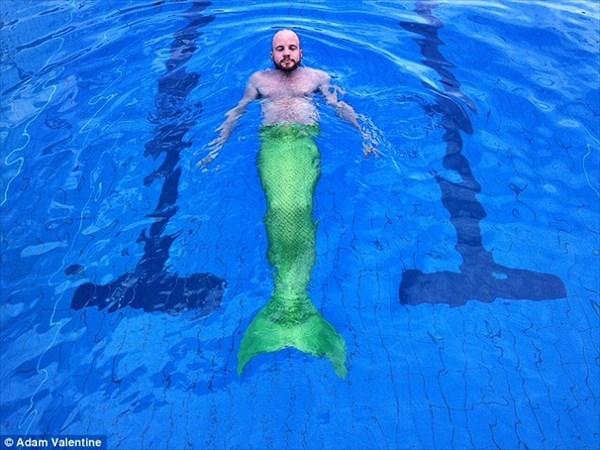 リトルマーメイドに取り憑かれた男 「メルボルンのゲイ魚人」として人気者に!