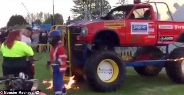モンスタートラック正面に13歳少女が入りファイヤースタント!あわや大事故に