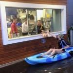 洪水の南オーストラリア! マックのドライブスルーはカヤックでもイケるらしい
