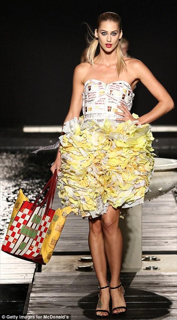 マクドナルドのラップやボックスで衣装! 謎すぎるファッションショー開催!