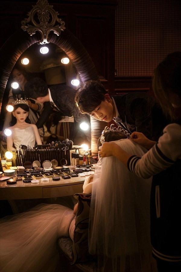 末期ガンの中国人男性 ダッチワイフと結婚をする。