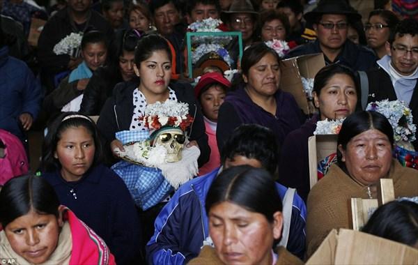 頭蓋骨が幸福を与える?ボリビアの首都でおこなわれる宗教的祭事「スカルの日」