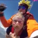 72歳のおばあちゃん ナルトとともにスカイダイビング!落下中に入れ歯を失う
