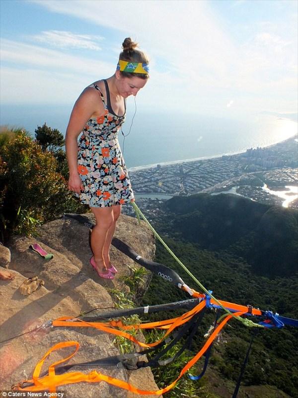 地上840m! 強風の中、26歳の女性がハイヒールを履いての綱渡りに挑戦!