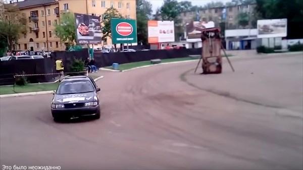 真っ二つに分離する車! しかもそれぞれが独立して走行する!