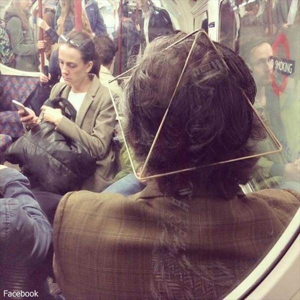 ロンドンの地下鉄に毎日のように出現! ヤバめな帽子をかぶった電波系おじさん