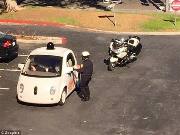 Googleの自動運転車(グーグルカー)、遅すぎて警察にパクられる!