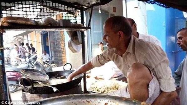 200度の油で100キロ以上の天ぷらを素手で揚げる! 神の手を持つインド人