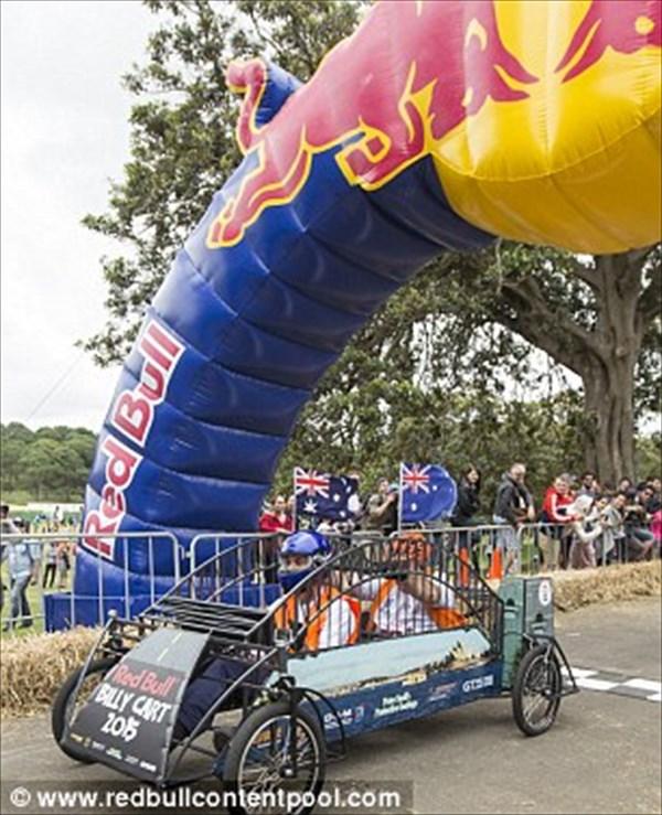 クラッシュ上等! レッドブル主催「ビリーカート・レース」がシドニーで開催!