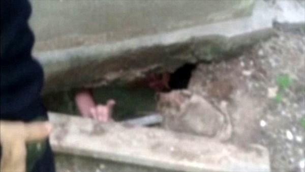 墓泥棒、掘った穴が崩れて閉じ込められる! さらに警官が穴に催涙ガスを投入!