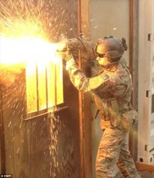 米空軍がライトセーバーを作った!? 金属すら切断する「テック・トーチ」