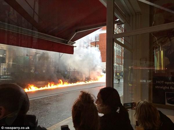 バックトゥーザフューチャーのデロリアン!? ロンドンの道路に炎のタイヤ痕