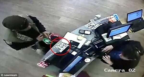 番犬ならぬ番猫!? 猫カフェで募金箱を盗んだ泥棒に猫が妨害!