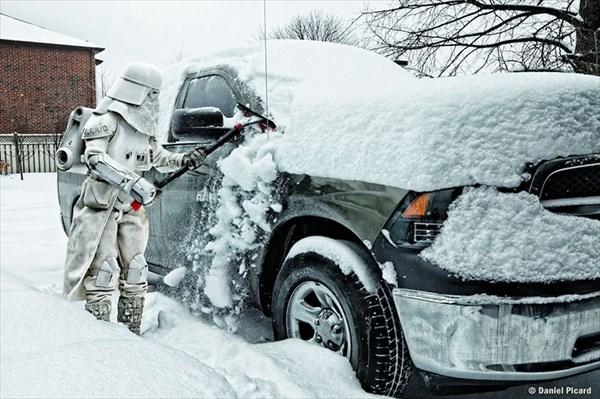 車の雪かきをするストームトルーパー