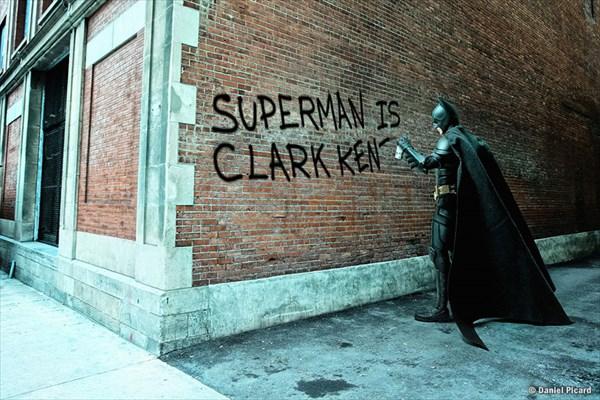 スプレーで落書きするバットマン