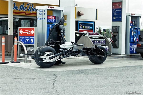 給油するバットマン