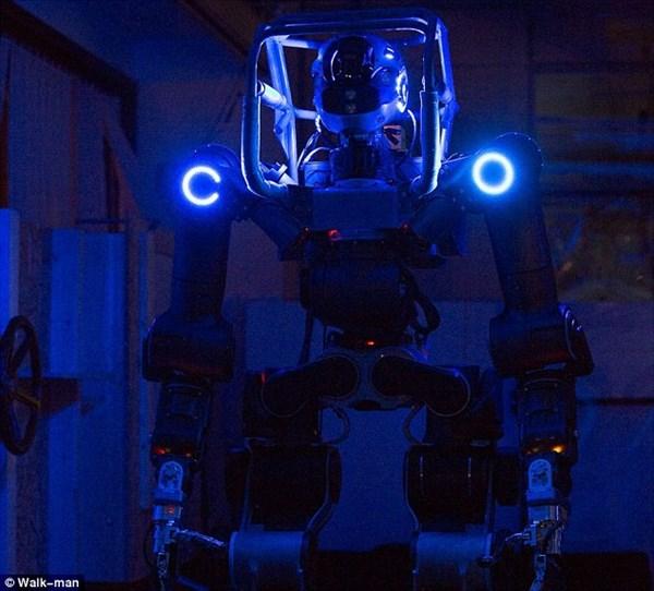 未来の兵士や消防士はロボット? 人間の道具や車まで運転する「ウォークマン」