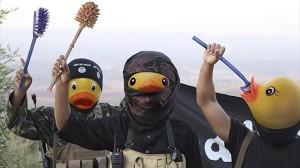 ブラシで武装したアヒル兵士? 海外ネットでイスラム国をディスる企画が展開中