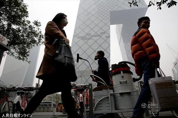 中国でPM2.5を掃除機で吸引する男あらわる! しかもブロックをつくる!