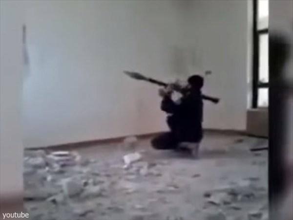 イスラム国(ISIL)の兵士が室内からRPGを発射! 失敗して大惨事に!