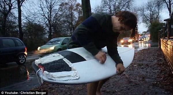 海に行かなくてもサーフィンはできる!車道の水しぶきで波乗りしようとする猛者