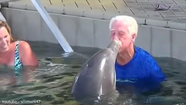 わずか2週間で180万再生! イルカとおじいちゃんの水鉄砲合戦!