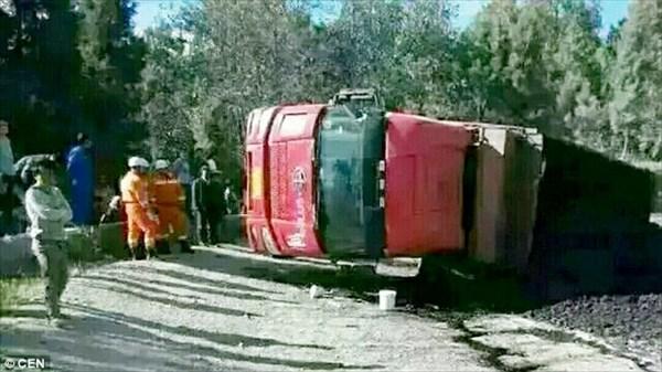 嘘みたいにペチャンコ…追い越しをした車が大型トラックの下敷きになる事故発生