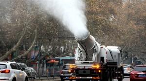 大気汚染の最悪を示す「赤色警報」の中国 新兵器「水大砲」で水をまき始める!