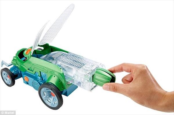 生きたコオロギが操縦をする子供用玩具「バグ・レーサー」発売!