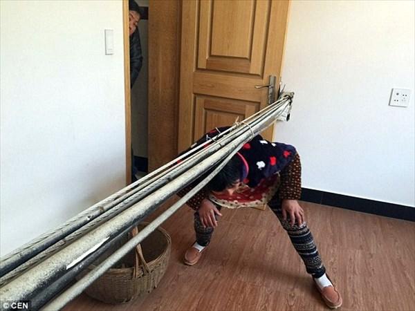 住民ら落胆! 新築住宅の内部に直径15センチの極太電線が通された中国の家