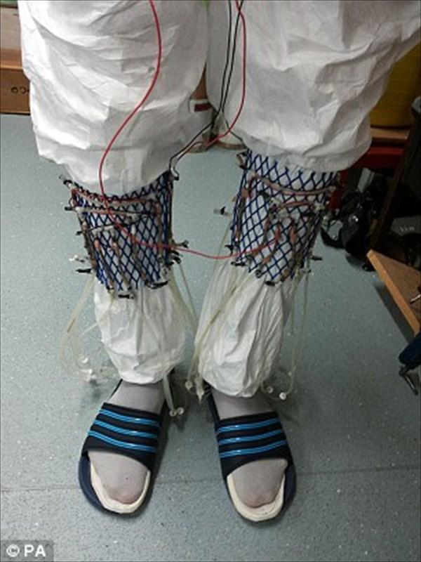 未来の燃料はオシッコ? 尿を入れた靴下から発電する「微生物燃料電池」を開発