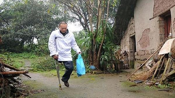 地元で英雄的存在! 松葉杖で往診をする中国の一本足の医者