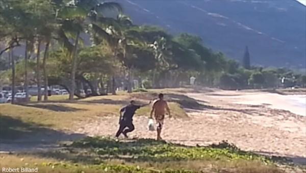 アザラシをイジメていた男を警察官がフルボッコ! しかし過剰暴行として問題に
