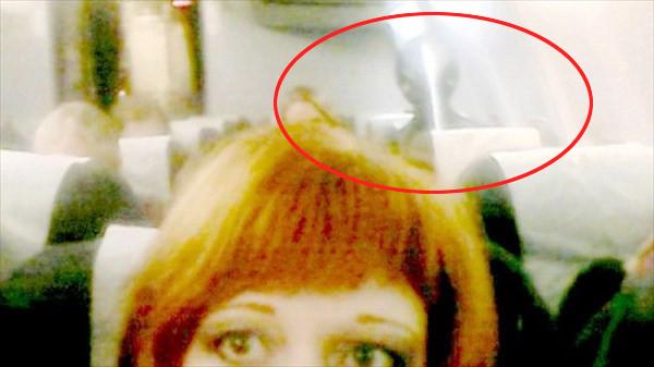 宇宙人の幽霊!? ロシア人女性が飛行機の中で撮影した写真に奇妙な影が写る!