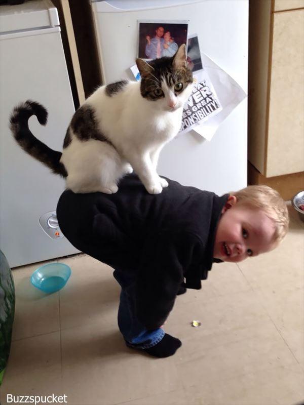 心が癒される! 子供と動物の微笑ましい写真 30選!