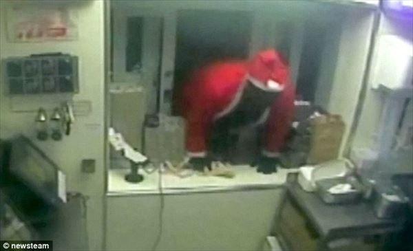 サンタクロースがケンタッキー(KFC)で強盗! ドライブスルー口から侵入!