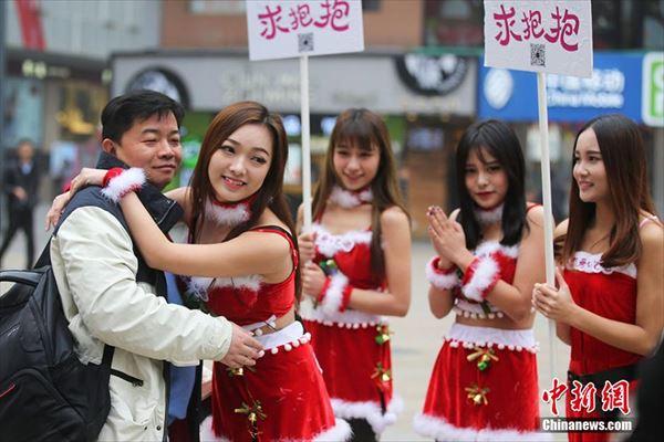 中国の南京で、サンタコスの女性によるハグの無料プレゼントがおこなわれる
