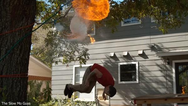 スティーヴォー参戦! 口から火を噴く→水を入れた風船を割る→鎮火 バカ動画