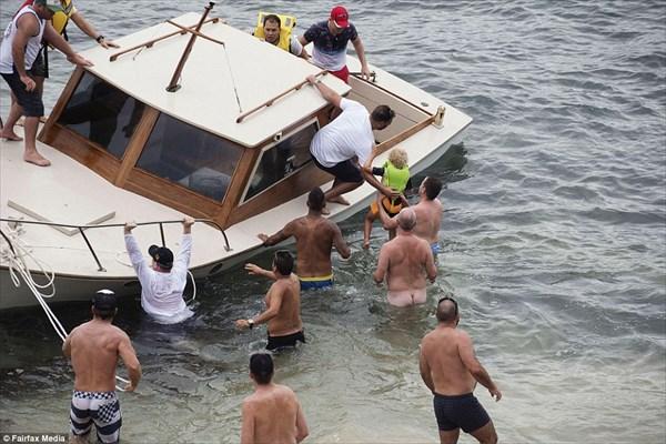 ヌーディストビーチにボートが座礁! 救助のために全裸の男たちが集結!!