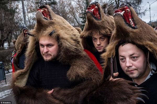 ルーマニア版の獅子舞!? クマの毛皮を着て街を行進するロマの奇祭