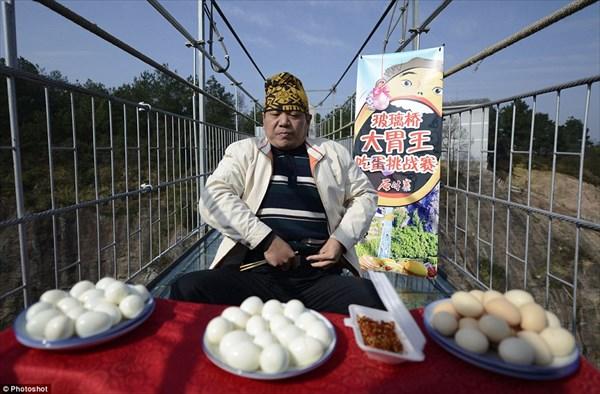 中国の大食い王、ガラスのつり橋の上でゆで卵36個と、大量のミルワームを完食