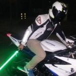 スターウォーズのライトセーバーを持ってバイクに乗った男 警察にパクられる
