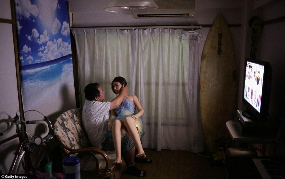ラブドールと暮らす妻子持ちの中島さん、海外メディアに取り上げられる