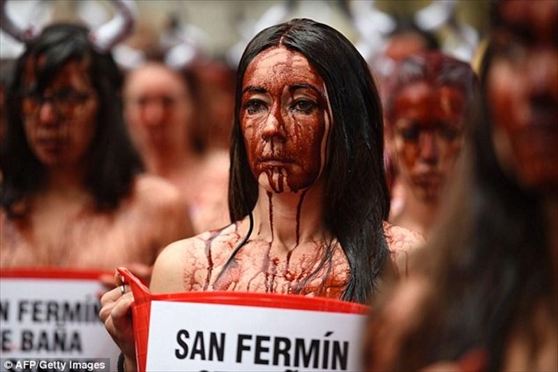 スペインの牛追い祭りにPETAが抗議!半裸の男女が大量の血糊を頭からかぶる