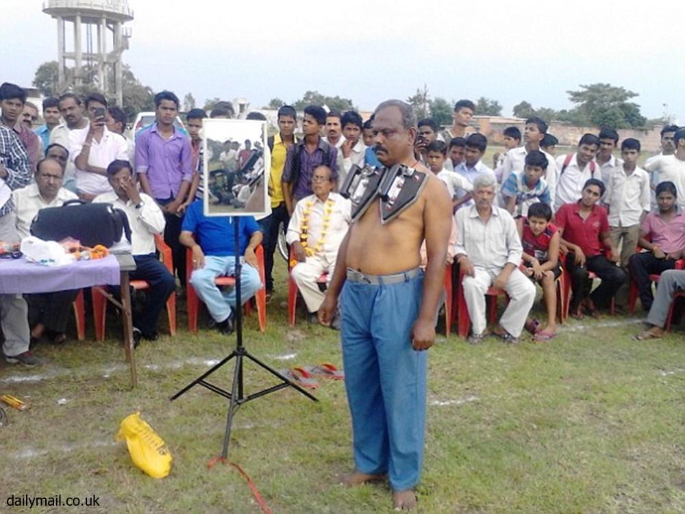 磁気超大国インドの磁石男、体に合計10キロのアイロンをくっつける