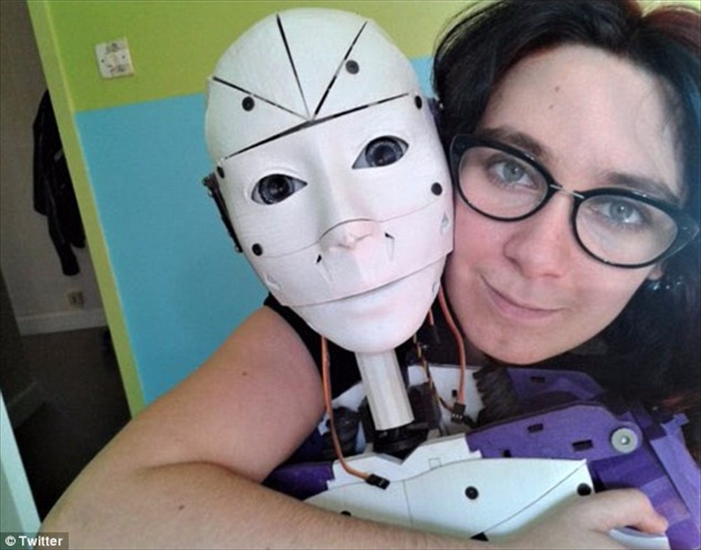 【19歳のころに性的な意味で恋した】3Dプリンター製のロボットと暮らす女性