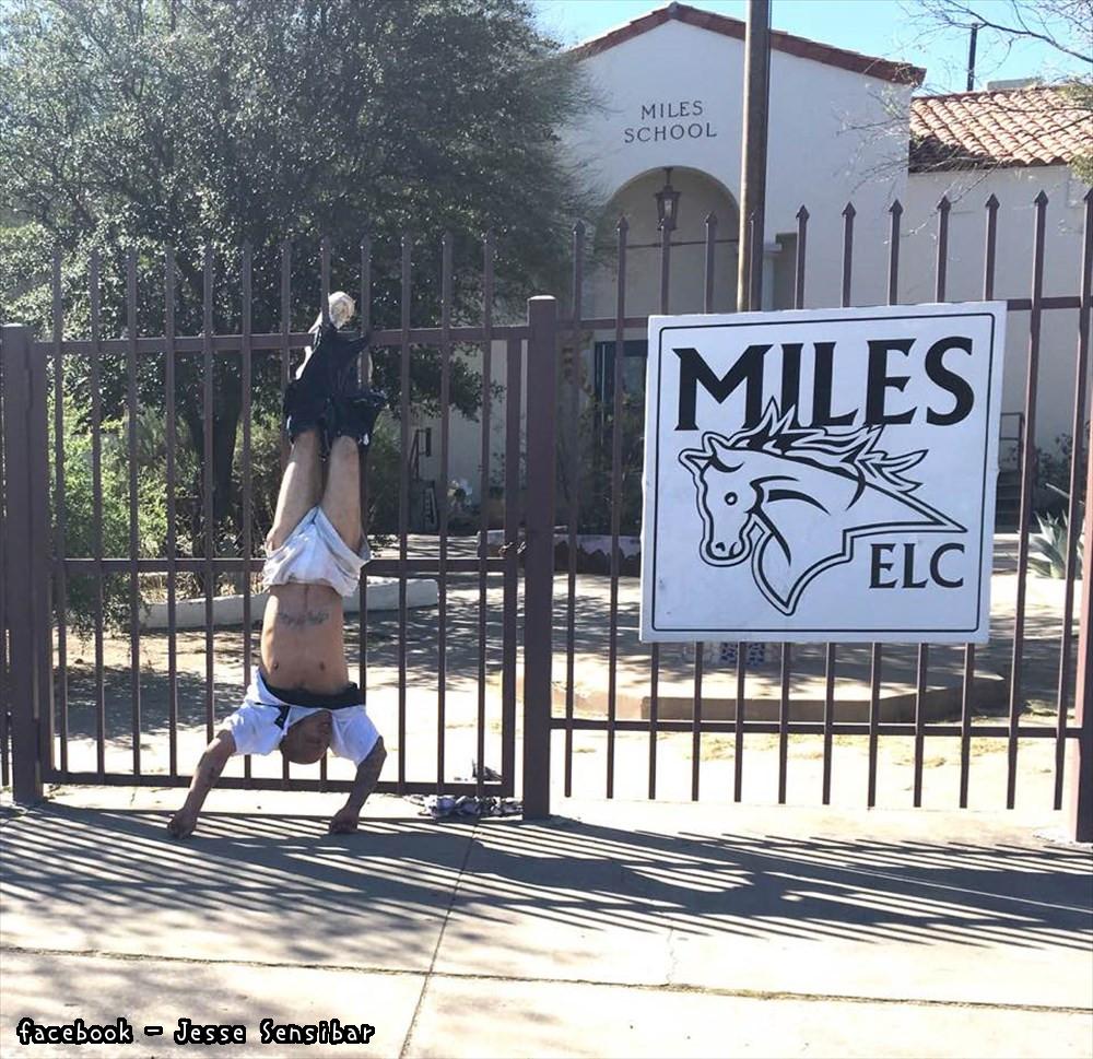 これは恥ずかしい!小学校に侵入した男、ブカブカズボンがひっかかり自滅