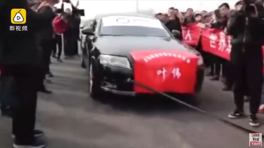 中国のカンフーマスター、睾丸にロープを括り付けて自動車7台を引っ張る