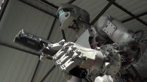 運転・拳銃も使用可能!ロシアの宇宙用ロボ「FEDOR」がどう見ても戦闘マシーン
